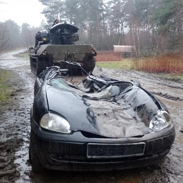 Panzer Car-Crashing in Niedersachsen